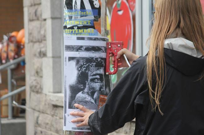 Image d'une personne qui fait de l'affichage sauvage